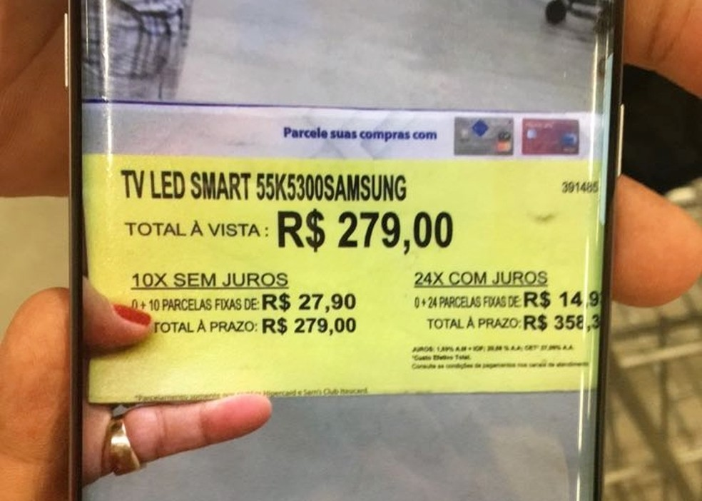 Antes de a etiqueta ser retirada, uma cliente fotografou o valor exposto pelo produto (Foto: Roberto Lucena)
