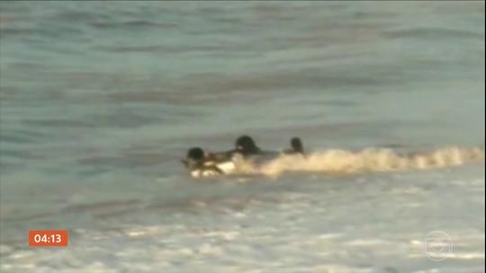 Força das águas leva carro para dentro do mar em Guarapari (ES)