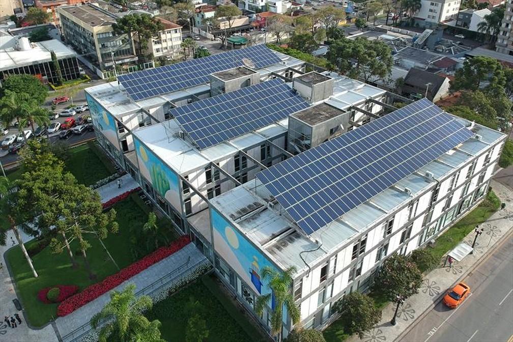 439 painéis de energia solar foram instalados no prédio da Prefeitura de Curitiba — Foto: Luiz Costa/SMCS