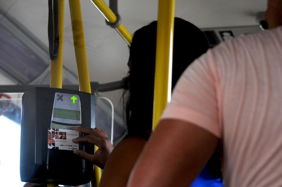 Estudante aproxima cartão de máquina em ônibus do DF (Foto: Gabriel Jabur/Agência Brasília)