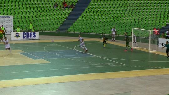 Futsal: arbitragem não acaba jogo após cronômetro zerar, confirma gol fora do tempo e gera polêmica
