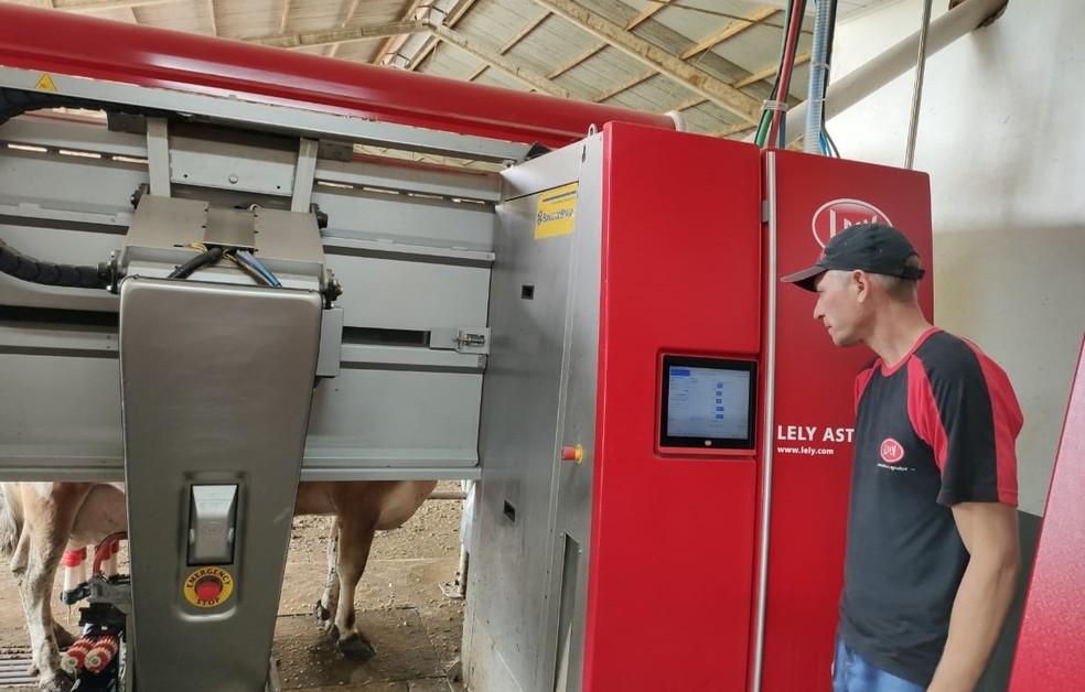 O empresário Fritz Wehebrink adotou a robotização na produção leiteira — Foto: Arquivo Eliana Panty