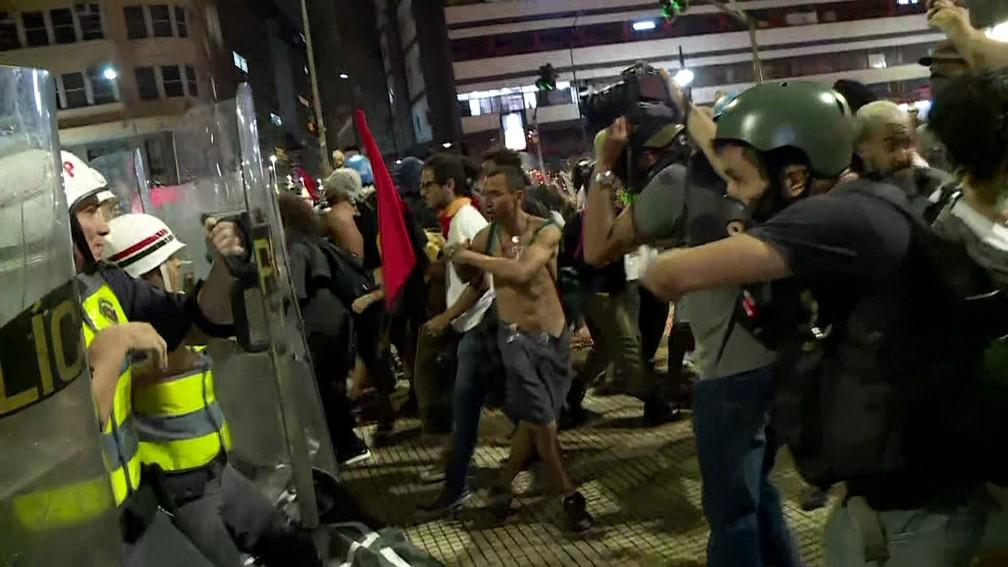 PM joga bomba contra manifestantes em segundo ato contra aumento da tarifa do transporte público em SP — Foto: Reprodução/TV Globo