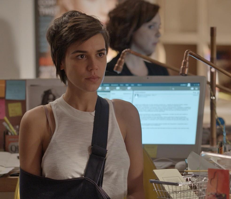 Leila (Carla Salle) fica arrasada ao saber de demissão — Foto: TV Globo