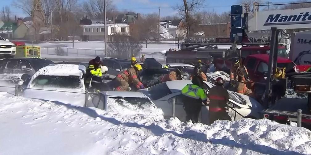 Socorristas atendem vítimas de acidentes em série causado pela neve em Montreal, no Canadá — Foto: Reuters