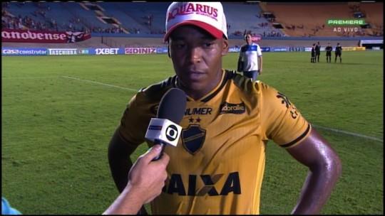 Alan Mineiro celebra fim do jejum em casa e dedica vitória ao treinador do Vila Nova