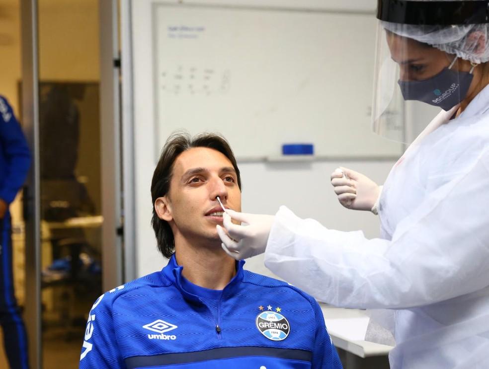 Geromel realiza teste RT-PCR pelo Grêmio — Foto: Lucas Uebel/Grêmio