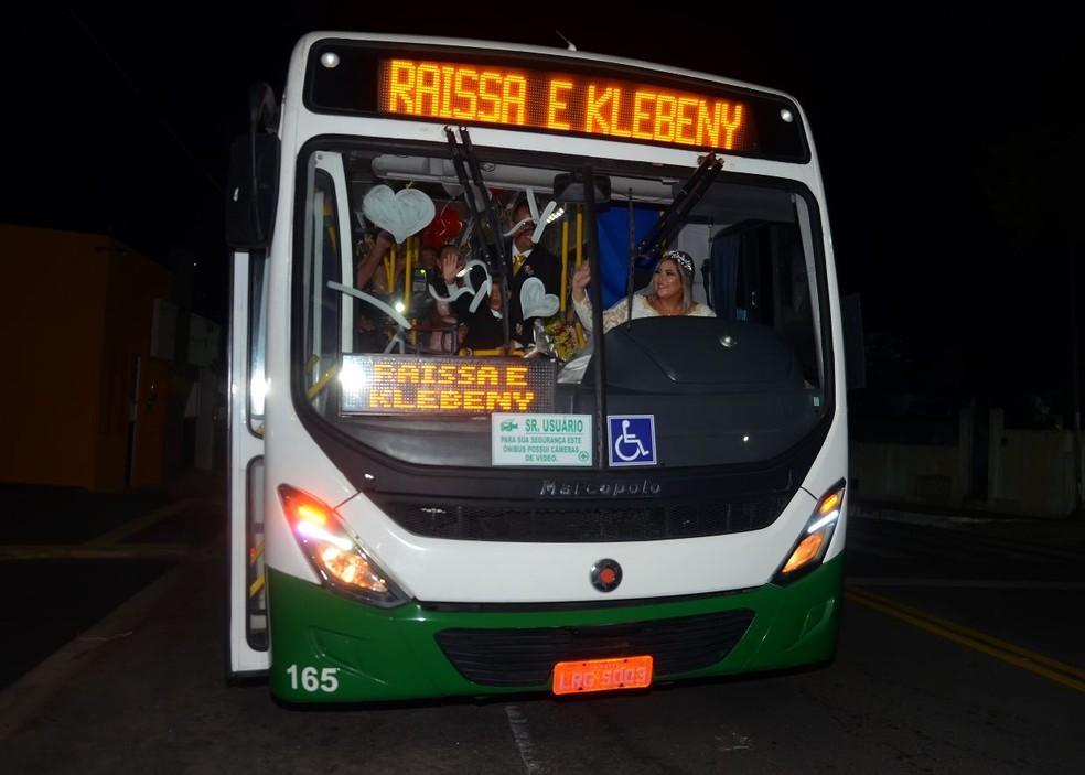 Motoristas de ônibus, Raissa e Klebeny levaram convidados em ônibus após casamento em Natal (Foto: Jefferson Araújo)