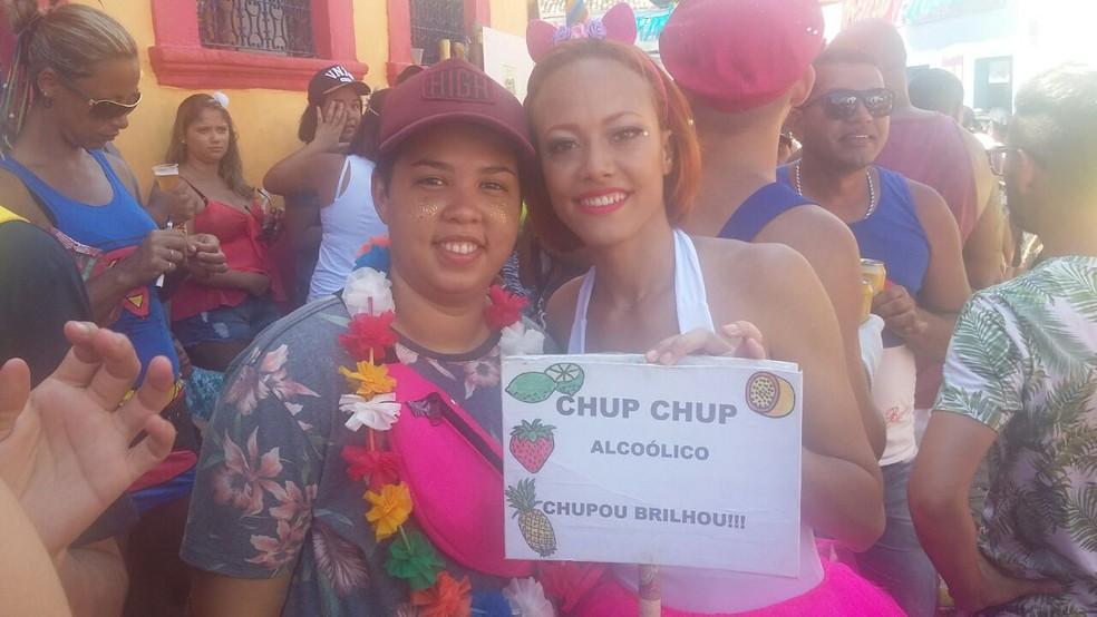 Marina segura a placa e anuncia o seu sorvete com bebida, em Olinda (Foto: Cláudia Ferreira/G1)