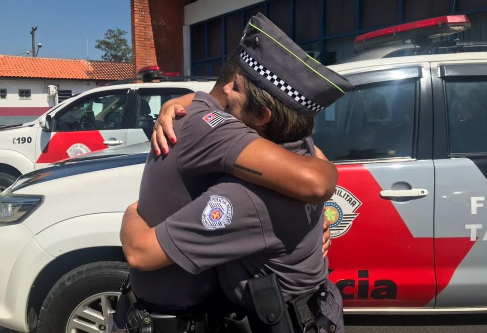 Reencontro foi muito emocionante para os policiais (Foto: Carlos Abelha/G1)