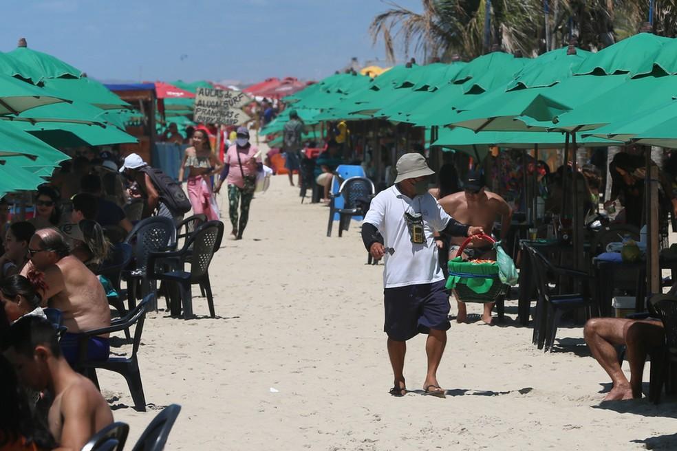 Na Praia do Futuro, as barracas receberam banhistas, mesmo sem o uso de máscara — Foto: Natinho Rodrigues/SVM