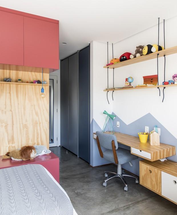 Madeira pínus e cores fortes dominam o quarto infantil. Na parede, a pintura especial enriquece a paleta divertida com o desenho geométrico (Foto: Maira Acayaba/Divulgação)