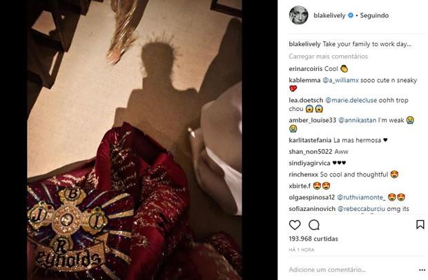 Blake Lively revela homenagem à família em vestido de gala (Foto: Reprodução)
