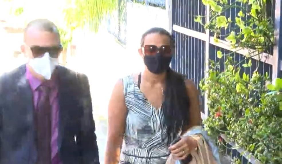 Patroa de babá que pulou do 3° andar de prédio para fugir de apartamento em Salvador presta depoimento — Foto: Reprodução / TV Bahia