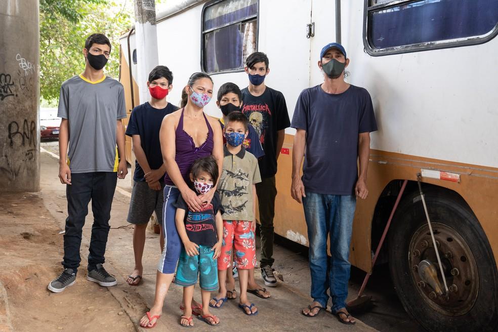 Gilmar Braz, Nilcéia Coutinho e os seis filhos vivem em motorhome na Zona Leste de São Paulo — Foto: Marcelo Brandt / G1