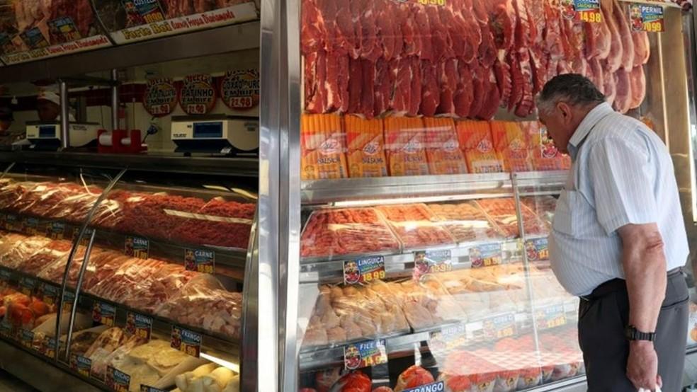 As carnes (incluindo bovina, peixes, aves e suínos) representam um gasto de cerca de 3% da renda familiar do brasileiro. — Foto: REUTERS/AMANDA PEROBELLI via BBC