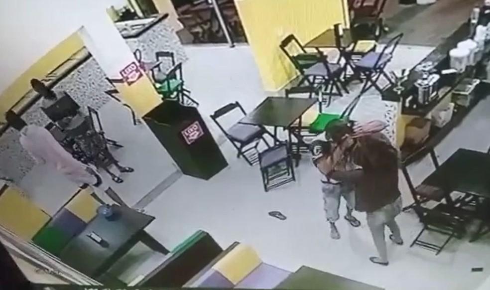 Agressor puxou cabelo e chegou a bater a cabeça da atendente da sorveteria de Assis na parede  — Foto: Circuito de segurança/Reprodução
