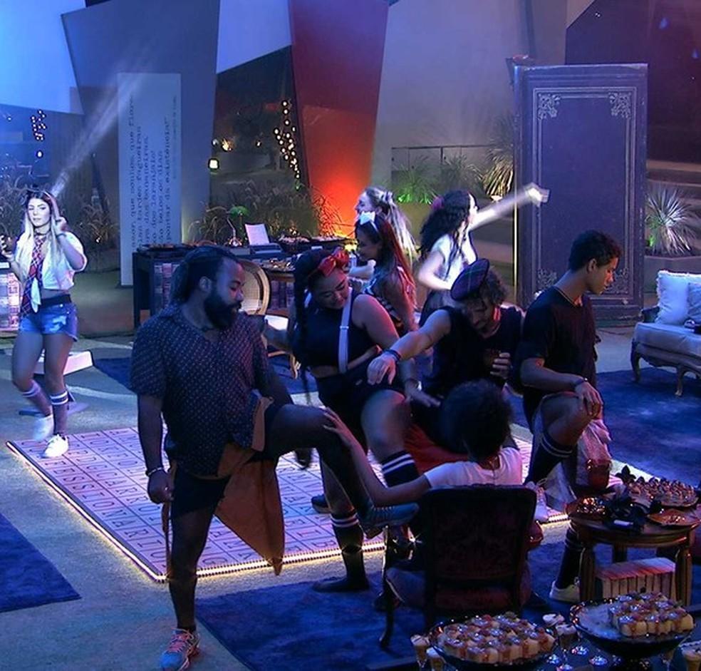 Confinados fazem duelo de sedução — Foto: TV Globo