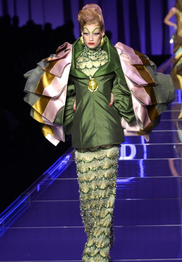 O look Dior alta-costura de verão 2004, usado por Natalia Vodianova (Foto: Vogue/ Reprodução)