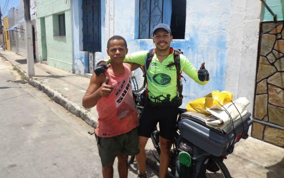 Rafael Trevo durante viagem de bicicleta em 2013 entre São Paulo e Itapipoca, no interior do Ceará (Foto: Rafael Trevo/Arquivo pessoal)