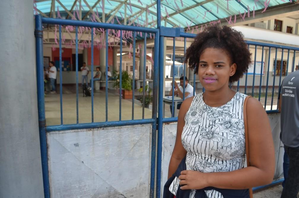 ENEM 2018 - DOMINGO (4) – MACAPÁ (AP) – Natália Silva, de 17 anos, estudante de comunidade quilombola, chega uma hora antes dos portões abrirem — Foto: Victor Vidigal/G1