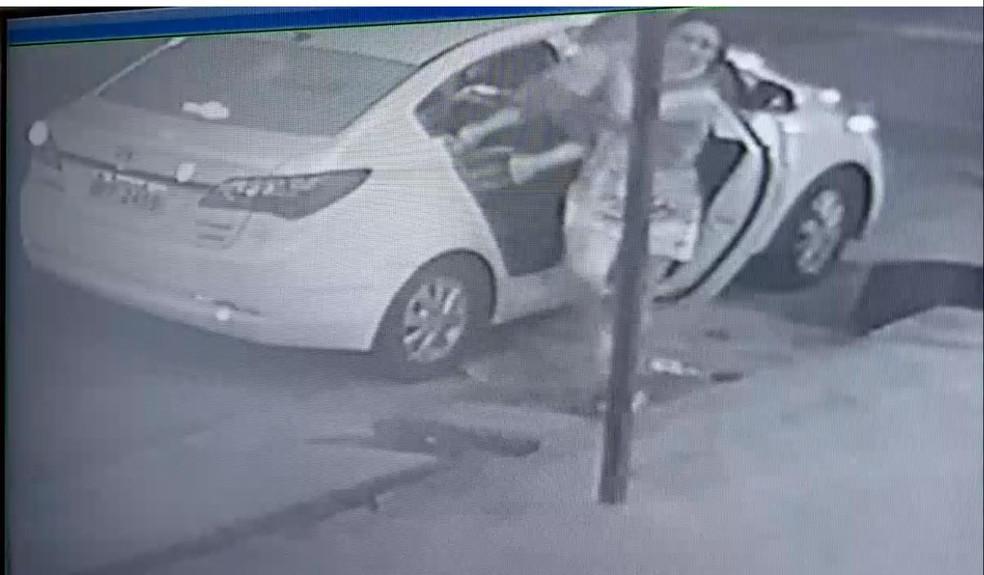 Dona do carro estava com a filha, de dois anos, e precisou tirá-la da cadeirinha às pressas — Foto: Reprodução/TV Cabo Branco