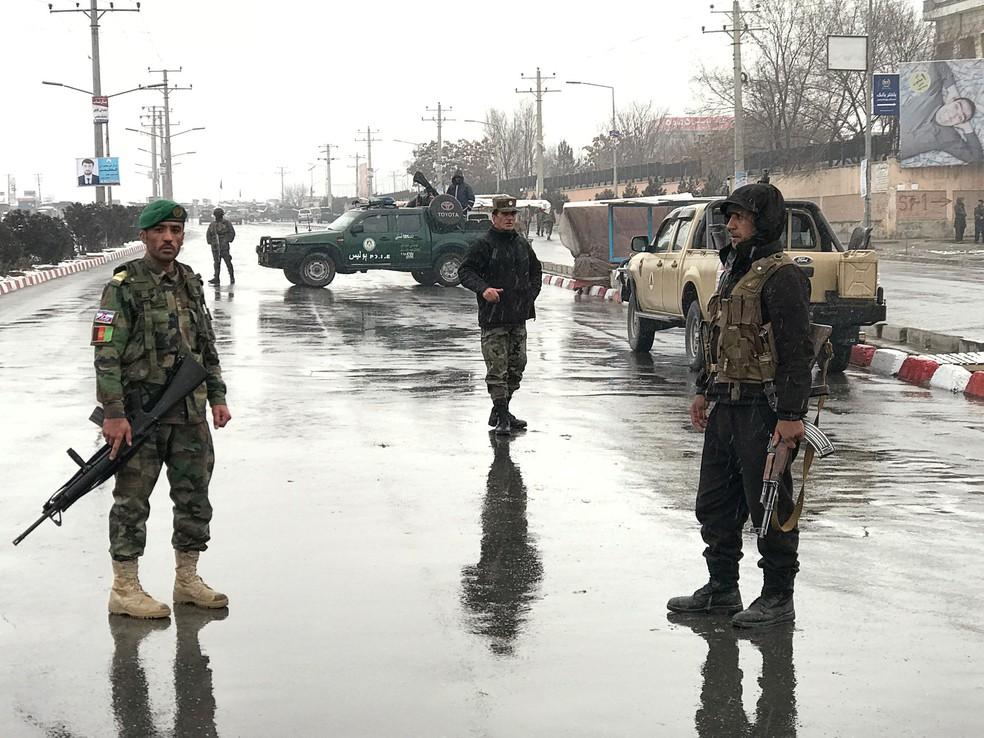 Forças de segurança afegãs isolam área perto da Academia Militar Marshal Fahim após uma série de explosões em Cabul (Foto: Mohammad Ismail/Reuters)