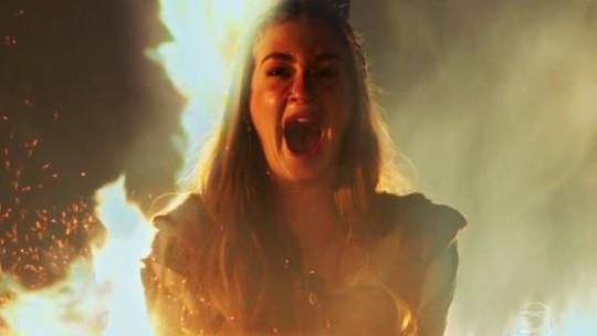 Amália se livra da fogueira e web 'vibra'