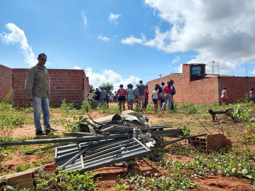 Portão de uma das casas foi arremessado após a explosão em Juazeiro do Norte. — Foto: Antônio Rodrigues/Sistema Verdes Mares