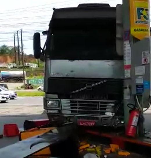 Caminhão desce ladeira, atravessa rodovia e atinge bomba de combustível e moto em Paulista; veja vídeo