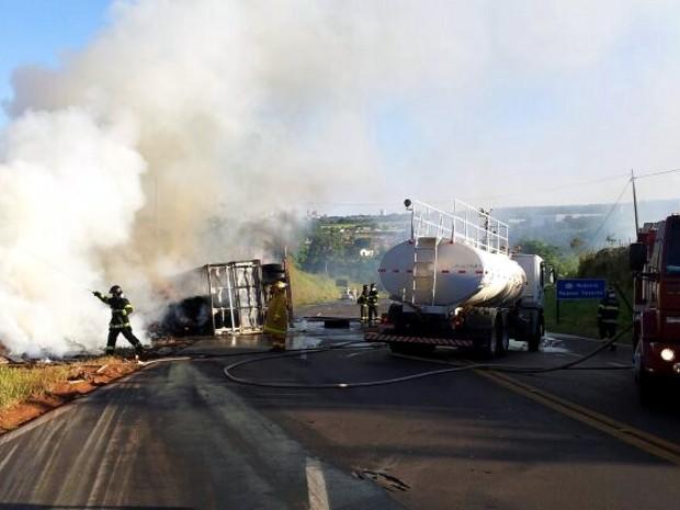 Caminhão pegou fogo após tombar (Foto: Giliardy Freitas/TV Tem)