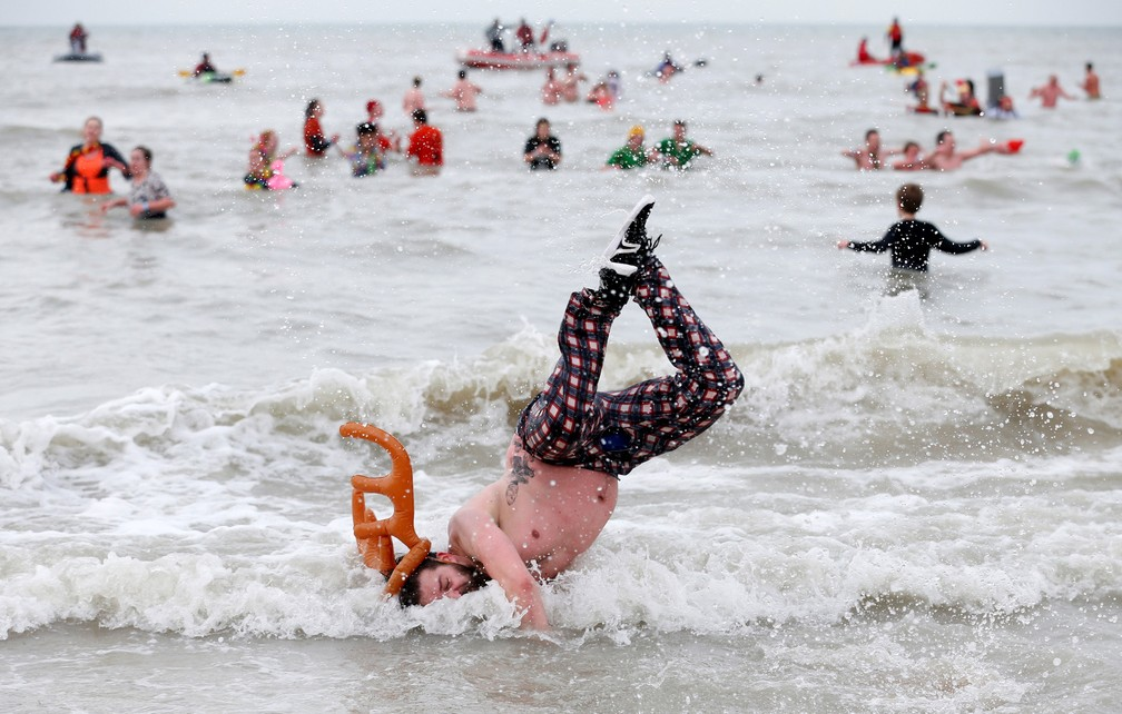 6 de janeiro - Participante salta nas águas do Mar do Norte durante o evento anual de mergulho de Ano Novo, em Ostende, na Bélgica (Foto: Francois Lenoir/Reuters)