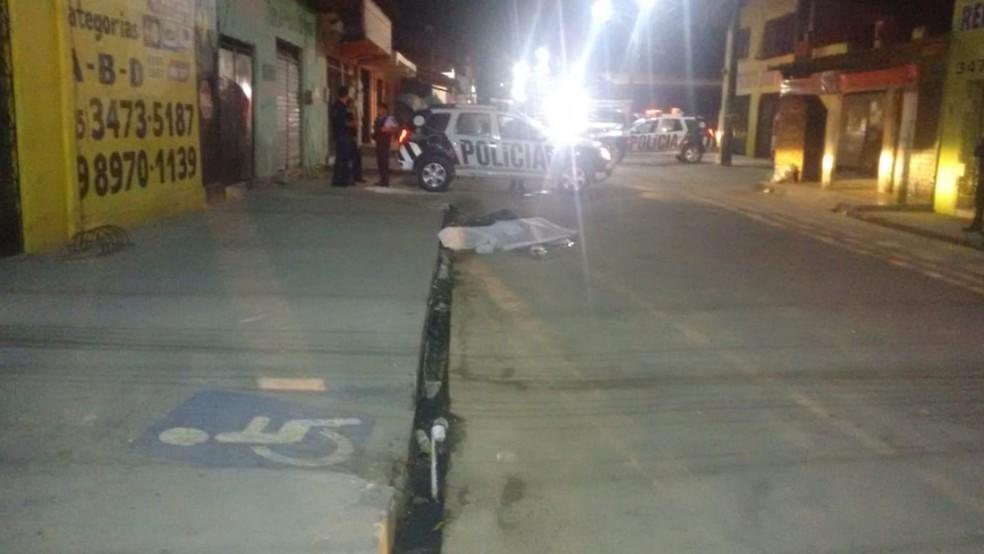 Os homens chegaram em um veículo e já foram atirando sem chances de defesa para a vítima. — Foto: Ricardo Mota/TV Diário