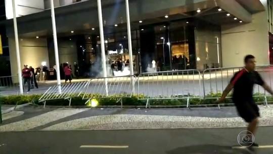 Torcedores do Flamengo são detidos após jogarem bombas na porta de hotel do time adversário no Rio