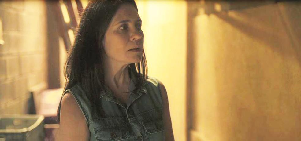 Thelma (Adriana Esteves) se desespera em 'Amor de Mãe' — Foto: Globo