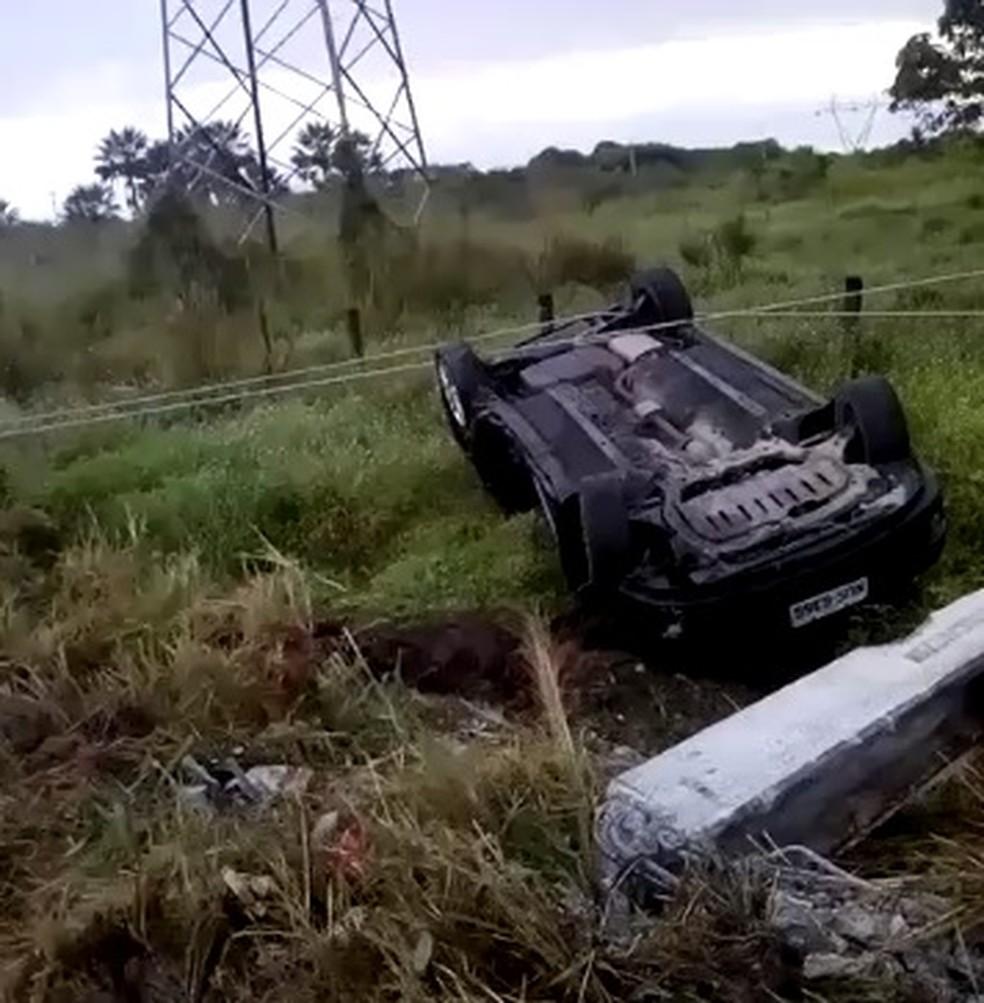 Carro foi parar em uma área de vegetação às margens da CE-060, em Pacatuba — Foto: Arquivo pessoal
