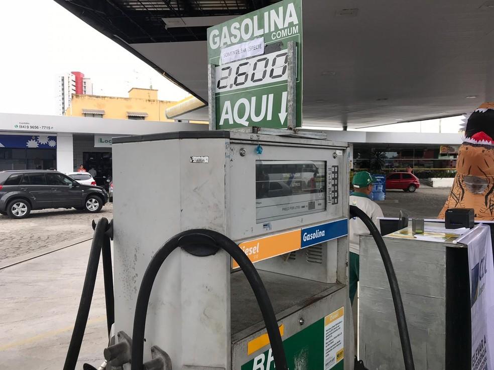 Gasolina é vendida a R$ 2,60 em posto de combustíveis em Natal, durante o 'dia sem impostos' (Foto: Italo Di Lucena/Inter TV Cabugi)