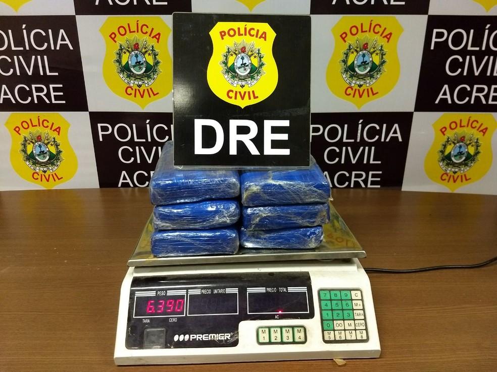 Inicialmente, polícia havia encontrado pouco mais de seis quilos, depois foi encontrado mais um quilo de droga (Foto: Aline Nascimento/G1)
