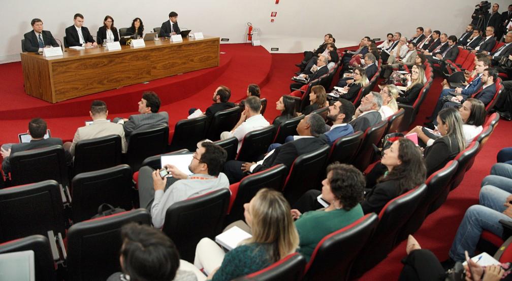 Representantes de partidos políticos participam nesta quarta (18), na sede do TSE, em Brasília, de reunião sobre registro de candidaturas (Foto: Nelson Jr./Ascom/TSE)