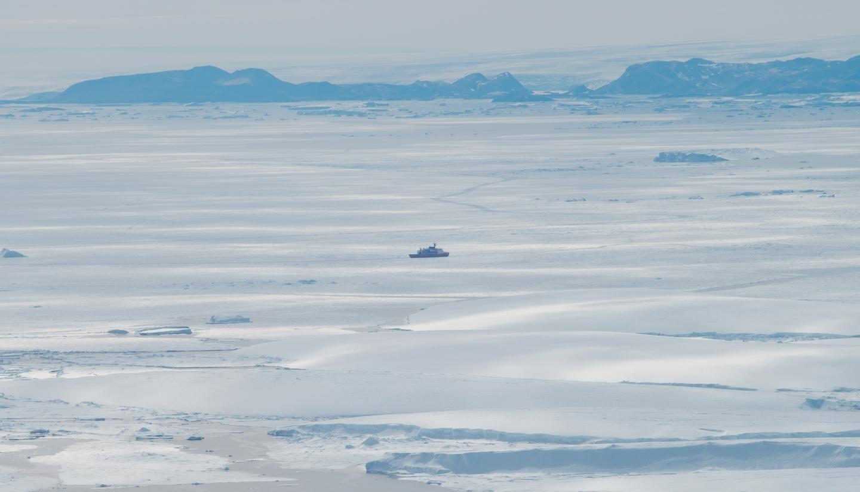 Cientistas encontram área com grande derretimento no leste da Antártica. Acima: o navio quebra-gelo japonês Shirase perto da ponta da geleira Shirase durante a 58ª Expedição Japonesa de Pesquisa Antártica (Foto: Kazuya Ono)