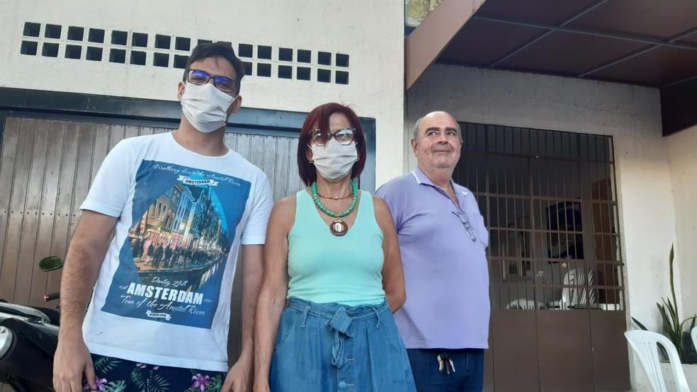 Antônio, Lúcia Dantas e Paulo Cortez ajudaram Lidiane a dar à luz menina em restaurante de Natal — Foto: Sérgio Henrique Santos/Inter TV Cabugi