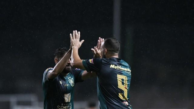 Rodolfo comemora gol marcado pelo América-MG contra o Vitória