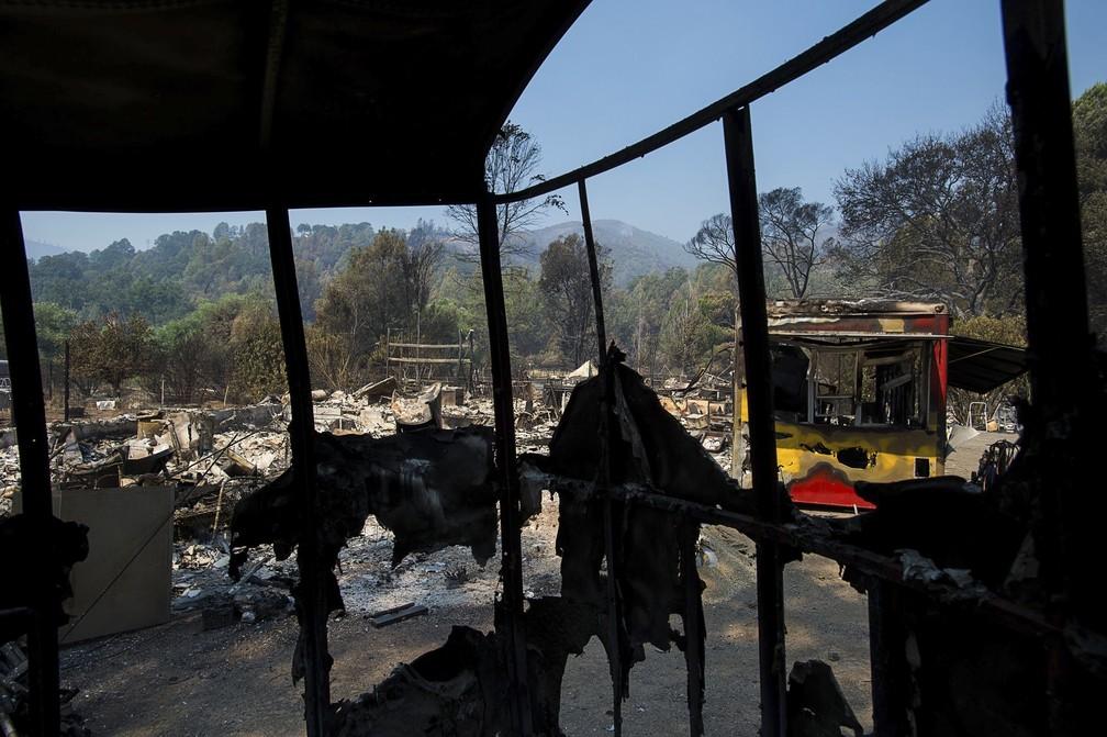 Incêndio na Califórnia destruiu casas e veículos (Foto: Paul Kitagaki Jr./The Sacramento Bee via AP)