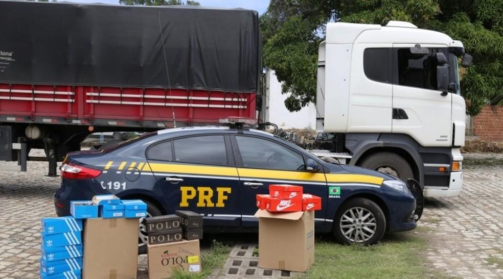 Carga de tênis, a maioria falsificados, foi apreendida na noite de segunda-feira (12) na BR-101.  — Foto: PRF/Divulgação
