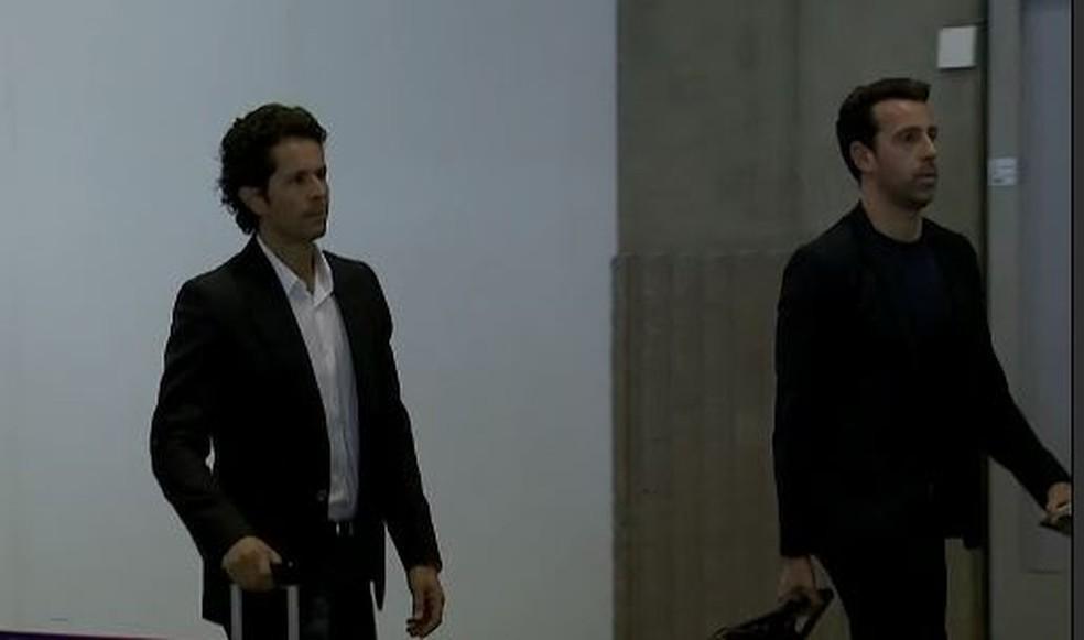 Rodrigo Lasmar (à esquerda) e Edu Gaspar desembarcam em Paris (Foto: Reprodução SporTV)