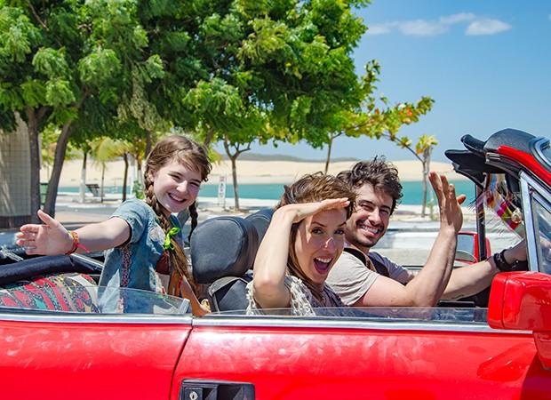 Poliana (Sophia Valverde) com os pais Alice (Kiara Sasso) e Lorenzo (Lázaro Menezes) no Nordeste (Foto: Divulgação/ SBT)