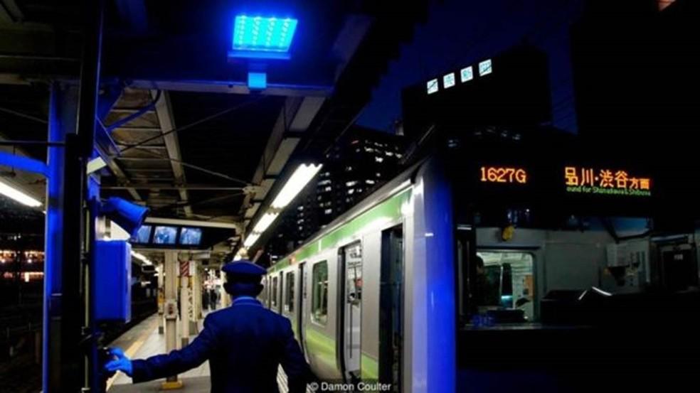 As luzes azuis foram instaladas em todas as 29 estações da linha Yamanote, em Tóquio, em 2008 — Foto: Damon Coulter