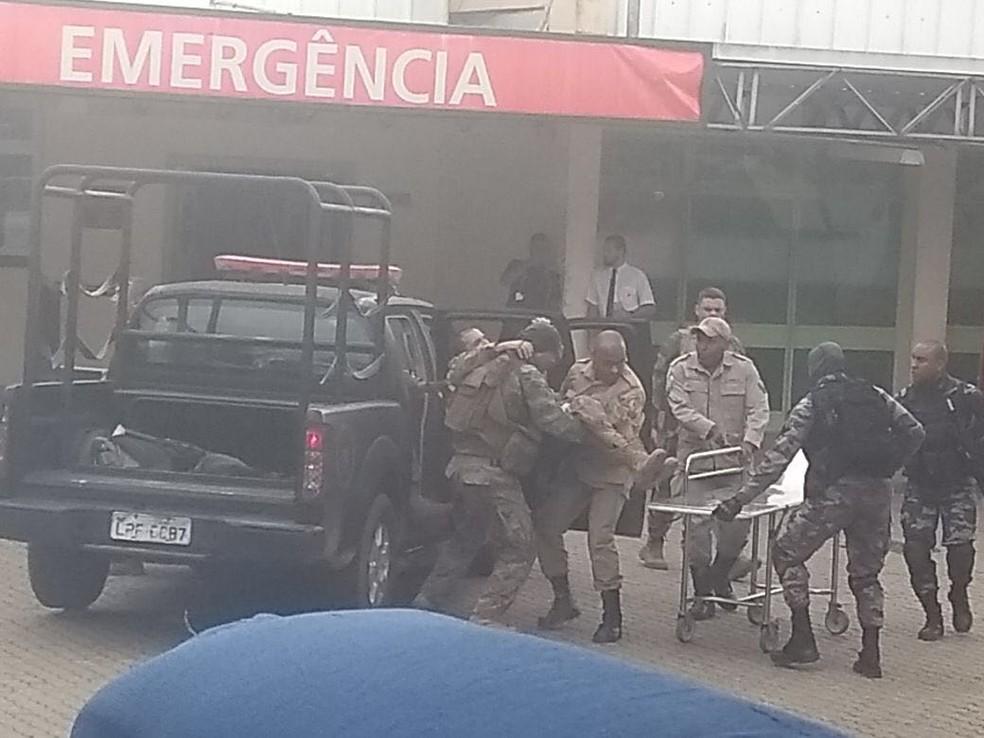 Policial do Bope é socorrido ao ser baleado nesta quinta-feira (3), na Cidade de Deus (Foto: Arquivo Pessoal)