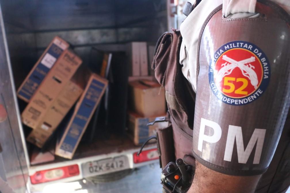 Suspeitos tentaram fugir com objetos reoubados em caminhão. — Foto: Alberto Maraux/ SSP-BA