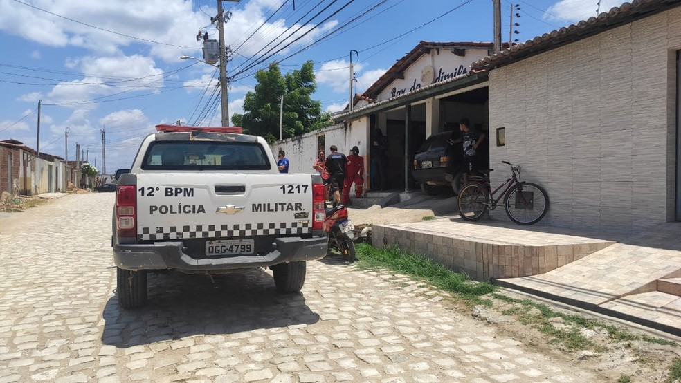 Dois homens foram assassinados no bairro Costa e Silva, em Mossoró — Foto: Isaiana Santos / Intertv Costa Branca